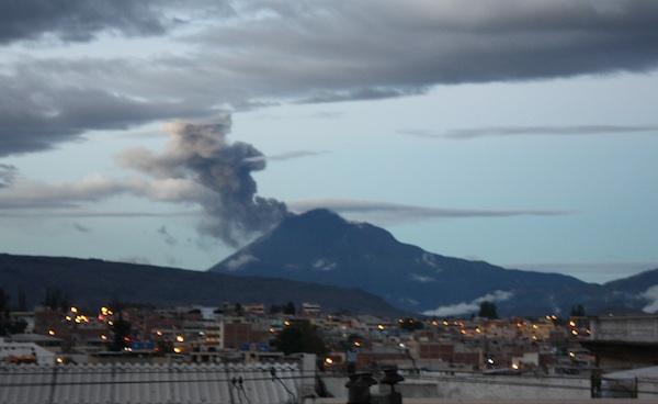 Imagem do vulcão Tunguraua soltando fumaça #medo